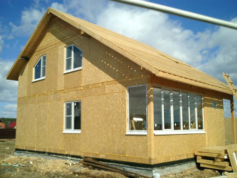 Дом из СИП-панелей на стадии подведения под крышу